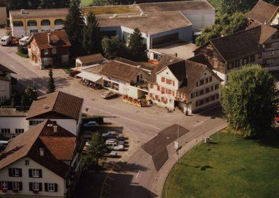 Von 1986 bis 1991 führte Marcel Büchler sein Geschäft an der Letzistrasse 2. Danach zog er zwei Häuser weiter. Heute ist das Zweiradcenter Toggenburg an der Letzistrasse 6 - oben rechts.