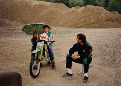 """Randy Büchler bei seinem ersten Motocross. Mit dabei war sein Vater Marcel und als """"Boxengirl"""" kam seine Schwester Daniela zum Einsatz."""