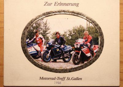 Drei Motorradhändler vereint: Christoph Keller (Niederuzwil) und Stefan Maute (Münchwilen). Das Bild entstand 1986 beim Motorrad-Treff in St. Gallen.